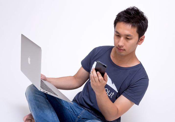 PCとiPhoneを使いこなす若者